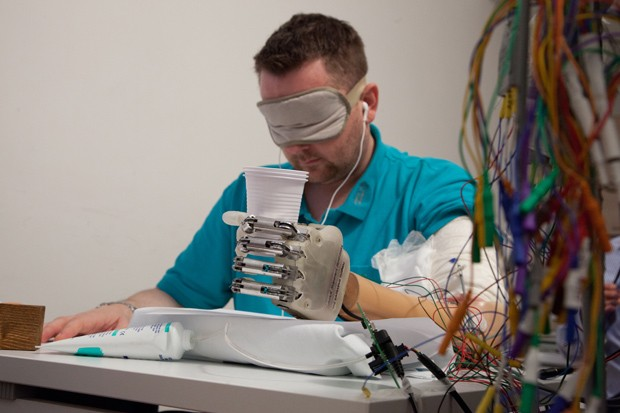 Voluntário Dennis Aabo Sørensen identifica as características do objeto que segura por meio de uma sensibilidade artificial (Foto:  LifeHand 2/Patrizia Tocci)