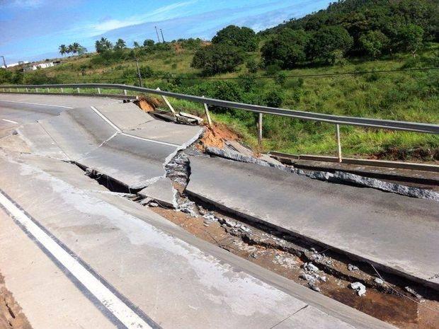 Trecho da BR 101 precisou ser interditado em Sergipe (Foto: PRF-SE/Divulgação)