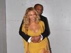 Decotada, Beyoncé posa abraçada pelo marido, Jay-Z
