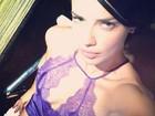 Adriana Lima posa sensual de camisola decotada