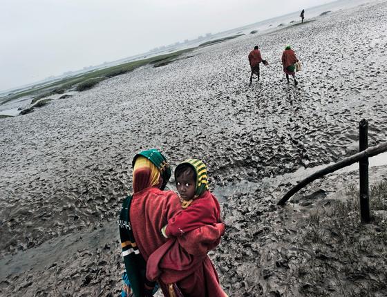 Família numa área alagada pelo mar em Bangladesh (Foto:  Kadir van lohuizen / NOOR)