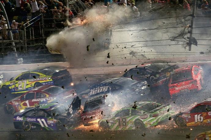 Carro de Austin Dillon é arremessado contra alambrado e explode em acidente na etapa de Daytona da Nascar (Foto: Getty Images)