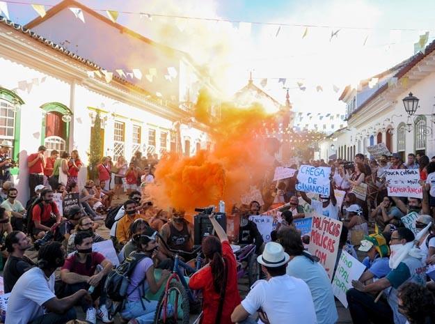 Manifestação em Paraty no momento em que passou pelo Centro Histórico (Foto: Flavio Moraes/G1)