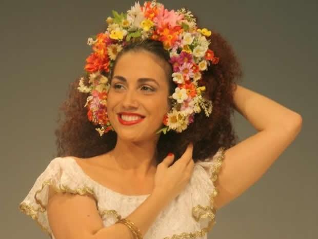 A atriz Clara Santhana dá vida a Clara Nunes em Deixa Clarear (Foto: Divulgação/Facebook Deixa Clarear)