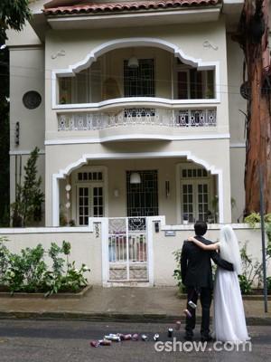 Os dois, em frente ao lar Micartin (Foto: Malhação / TV Globo)