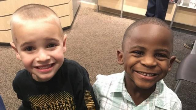 """Jax e Reddy, """"iguais"""" após corte de cabelo  (Foto: Debby Weldon/AP)"""