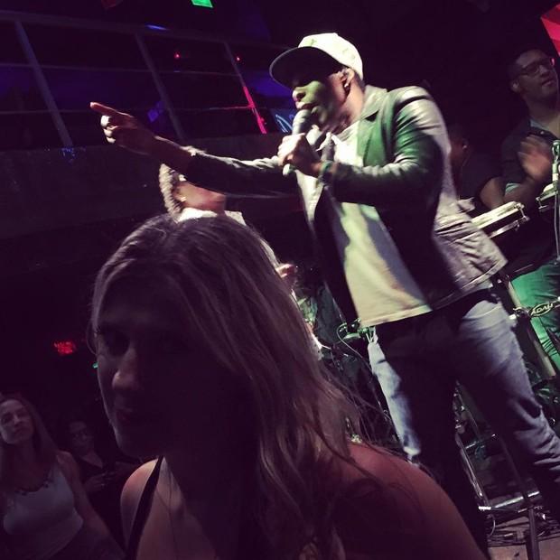 Dani Calabresa com o funkeiro Buchecha e Compadre Washington no palco (Foto: Reprodução/Instagram)