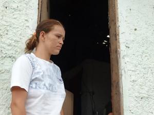 A agricultora Janaína Maria da Conceição Santos mora próximo ao epicentro do tremor registrado no Agreste (Foto: Paula Cavalcante/ G1)