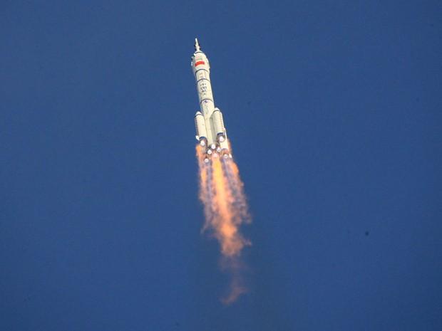 Nave espacial chinesa Shenzhou 9 é lançada com sucesso neste sábado (16)  (Foto: Xinhua, Li Gang/AP)