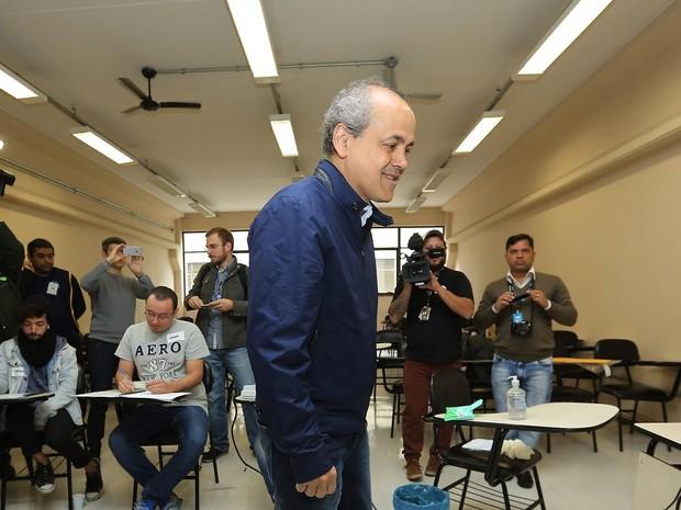 Candidato Gustavo Fruet votou no Centro Universitário Curitiba  (Foto: Giuliano Gomes/ PR PRESS)