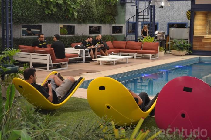 Na beira da piscina trabalhar fica mais fácil ... Será? Já é noite no Hackathon Globo no BBB (Foto: Melissa Cruz / TechTudo)