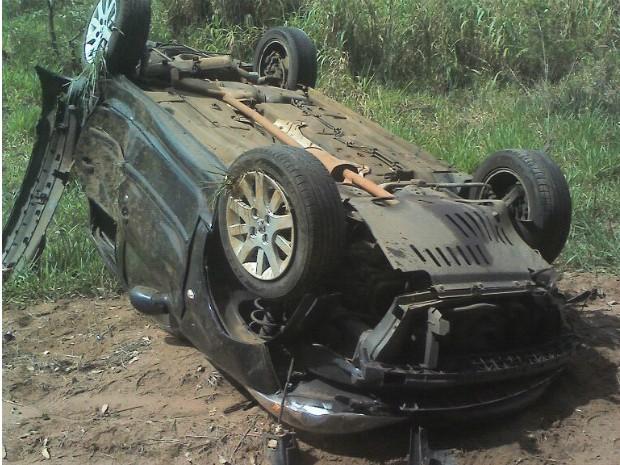 Motorista, única pessoa que estava no carro, teve ferimentos leves (Foto: Divulgação/ Bombeiros Avaré)