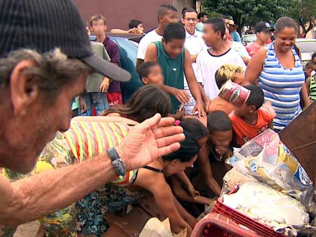 Moradores aproveitam apreensão para levar comida estragada para casa em Jardinópolis (Foto: Reprodução/ EPTV)