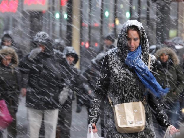 Pedestres enfrentam nevasca em Nova York (Foto: AP)