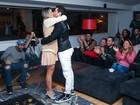Mirella Santos usa vestido curtinho e exibe pernas torneadas em festa