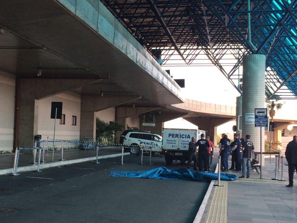 Local isolado pela perícia após a queda do casal em Porto Alegre (Foto: Cristine Gallisa/RBS TV)