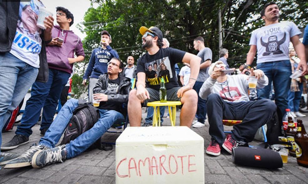 Na Uninove, em São Paulo, jovens montaram camarote para ver atrasados no Enem (Foto: Flavio Moraes/G1)