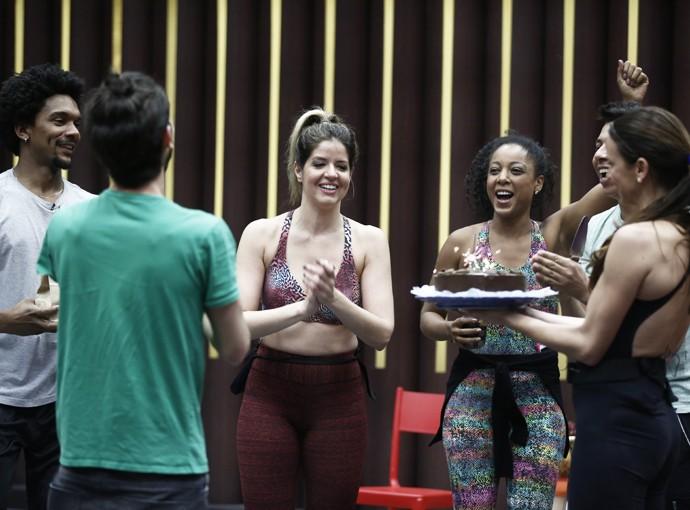 Mariana Santos recebe um bolo de aniversário nos bastidores do Dança dos Famosos (Foto: Inácio Moraes/Gshow)