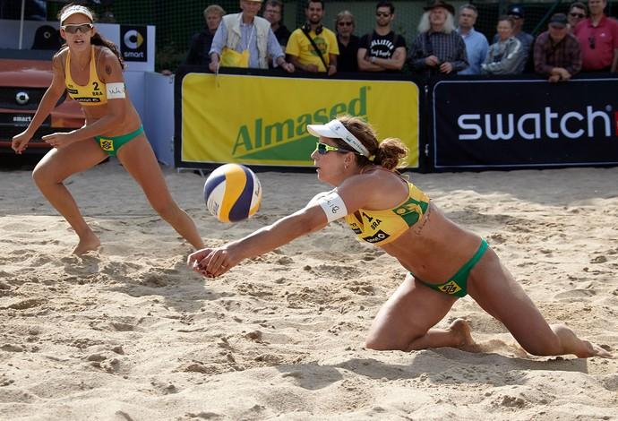 Talita e Larissa (dir) venceram os três jogos do grupo em Hamburgo (Foto: Divulgação / FIVB)