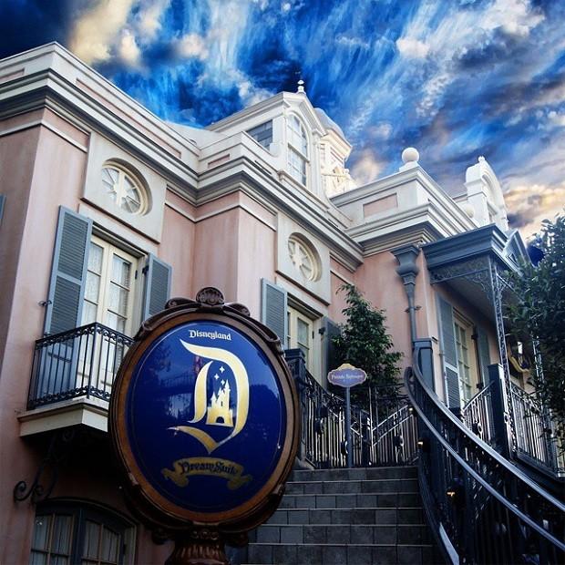 Para acessar o espaço, os convidados devem subir a grande escadaria da entrada do parque Piratas do Caribe (Foto: Reprodução/Instagram)