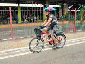 Roselane é conhecida por usar um sombrinha de frevo enquanto anda de bicicleta (Foto: Roselane Jardim/ Arquivo pessoa)