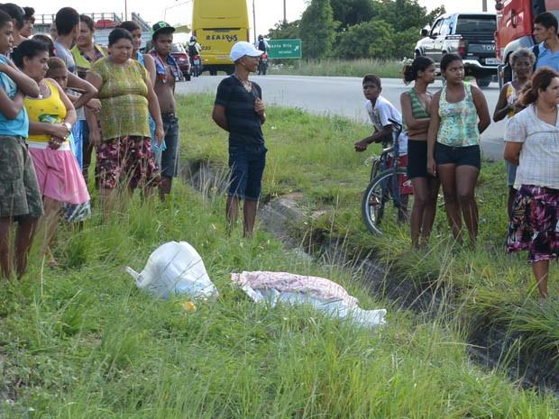Uma mulher morreu, na tarde desta sexta-feira (21) após ser atropelada com um veículo no KM 35 da rodovia federal BR-230, nas imediações de uma grande loja de varejo em Santa Rita, região metropolitana de João Pessoa (Foto: Walter Paparazzo/G1)