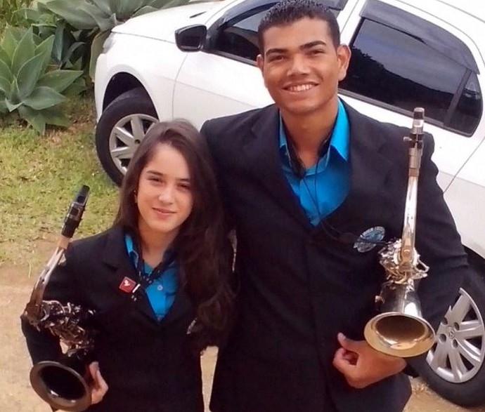 Casal toca saxofone tenor em banda de Florianópolis (Foto: Carolayne Vitória/Arquivo pessoal)