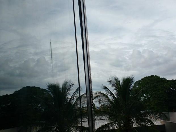 Tempo nublado com chuvas pela manhã em Campo Grande (Foto: Juliene Katayama/G1 MS)