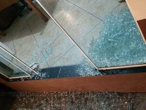 Havia um policial no momento do ataque, mas ele saiu ileso (Foto: Jean Mazzonetto/RBS TV)