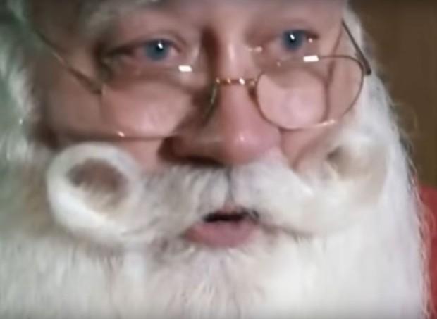 O Papai Noel chora ao contar a história (Foto: Reprodução/ Youtube)