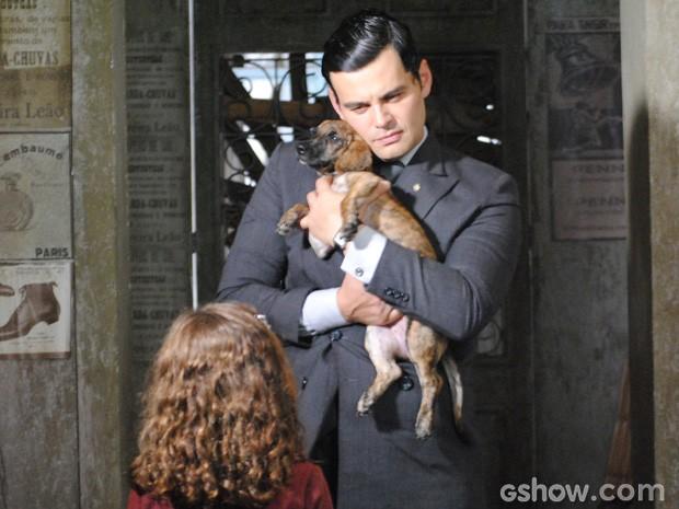 Pérola estava procurando seu cachorrinho e Manfred se aproveitou da situação (Foto: Joia Rara/ TV Globo)
