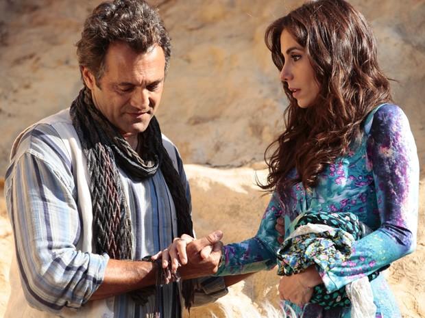 Zyah e Ayla saem juntinho da caverna (Foto: Salve Jorge/TV Globo)