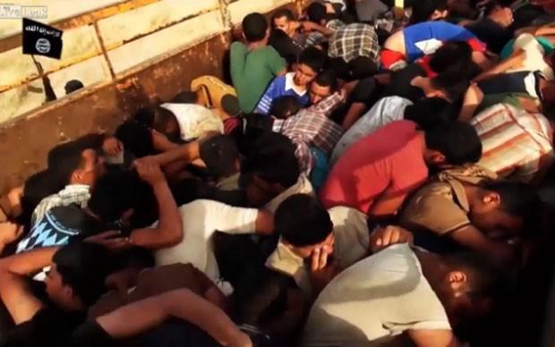 Vídeo divulgado pelo Estado Islâmico mostra prisioneiros algemados (Foto: Reprodução/LiveLeak/paradigm_shifter )