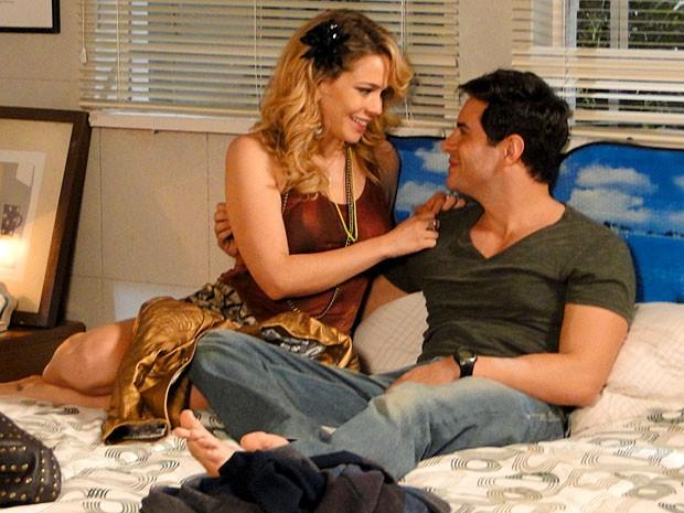 O casal retoma o romance. Claro! Eles foram feitos um para o outro (Foto: Cheias de Charme / TV Globo)