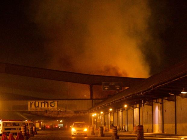 incêndio fogo porto de santos (Foto: Delamonica/Futura Press/Estadão Conteúdo)