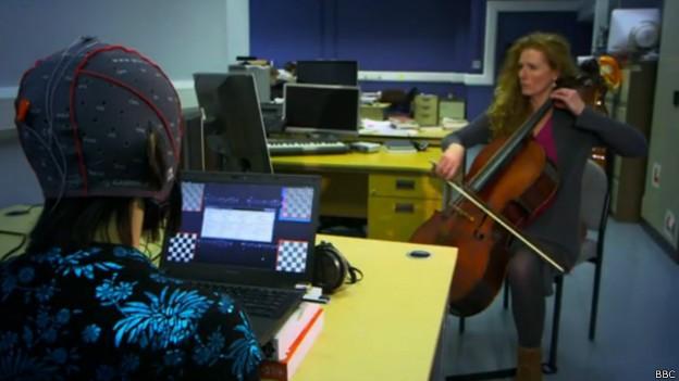 Repórter da BBC testou sistema que capta ondas cerebrais e as transforma em música (Foto: BBC)