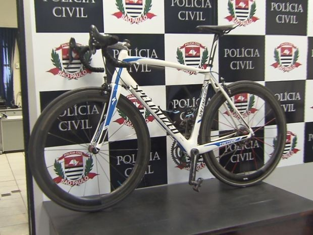 Bicicleta foi recuperada após amigos da vítima verem um anúncio no Facebook (Foto: Reprodução / TV Tribuna)