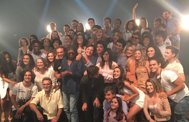 O elenco de 'Rock story' com Milton Nascimento, que gravou cenas do último capítulo. Veja, a seguir, bastidores da reta final da novela (Foto: Reprodução Instagram)