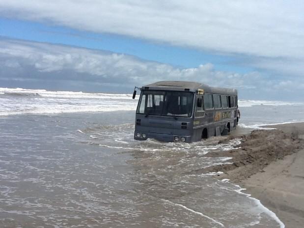 Ônibus atola em Iguape, SP (Foto: Rinaldo Rori/TV Tribuna)