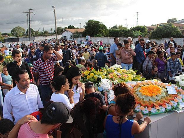 Sepultamento mobilizou os moradores do município de Itagimirim (Foto: Hugo Santos / Site Radar 64)