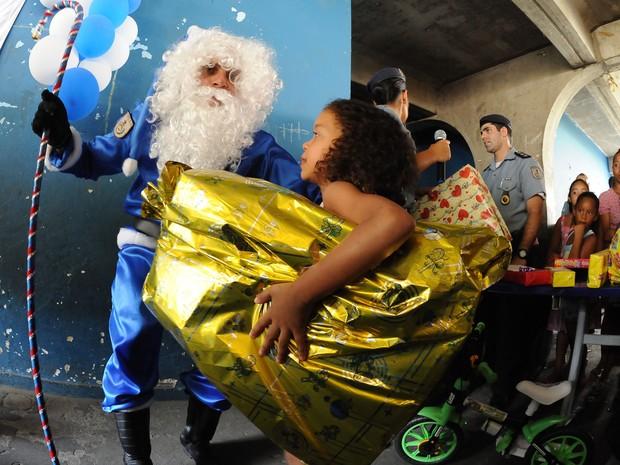 Papai Noel entregou presente para meninos e meninas da comunidade (Foto: Divulgação / Polícia Militar)