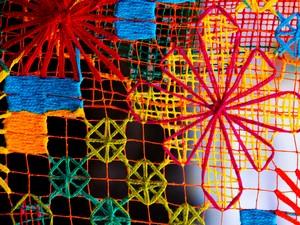 O filé é um bordado feito em cima de uma tela chamada de 'rede'. (Foto: Jonathan Lins/G1)
