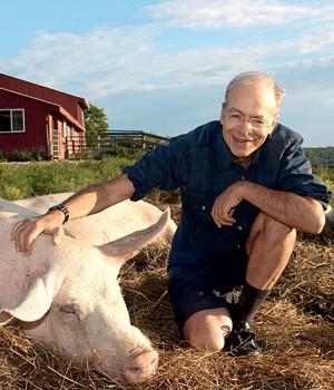 MODERADO O filósofo Peter Singer, num santuário de animais nos EUA. Ele defende os animais, mas admite que há casos em que os testes são indispensáveis (Foto: Derek Goodwin)