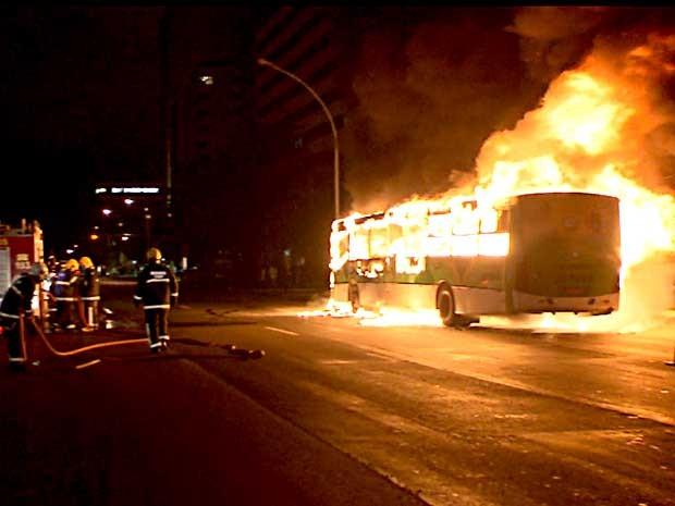 Bombeiros trabalham para conter fogo que atingiu ônibus no Eixo Monumental, em Brasília (Foto: Reprodução/TV Globo)