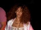 Rihanna usa look tipo pijama em Nova York e deixa seios à mostra