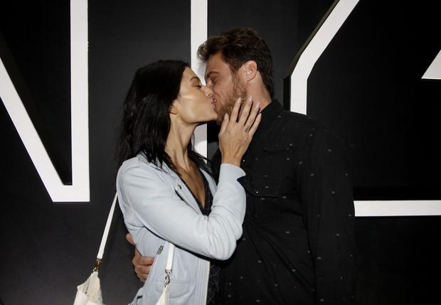 Daniel Manzieri e namorada no SPFW (Foto: Celso Tavares/EGO)