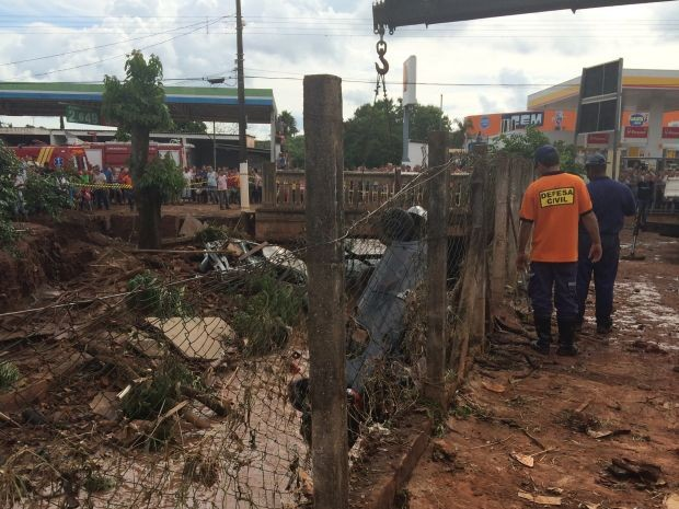 Dois carros foram arrastados para ribeirão (Foto: Gabrielle Gabas / TV TEM)