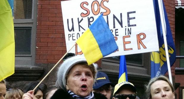 Ucranianos protestam nesta quinta-feira (19) em Chicago, nos EUA (Foto: AP)