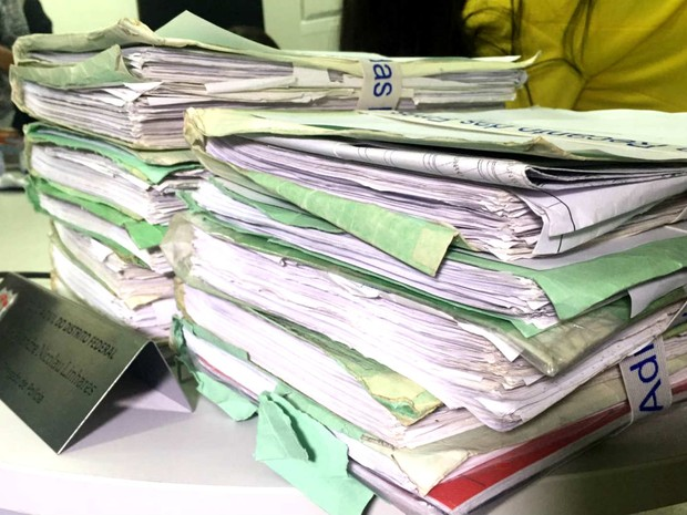 Pilha de processos e contratos apreendidos e sob suspeita de fraude em administrações regionais do DF (Foto: Gabriel Luiz/G1)