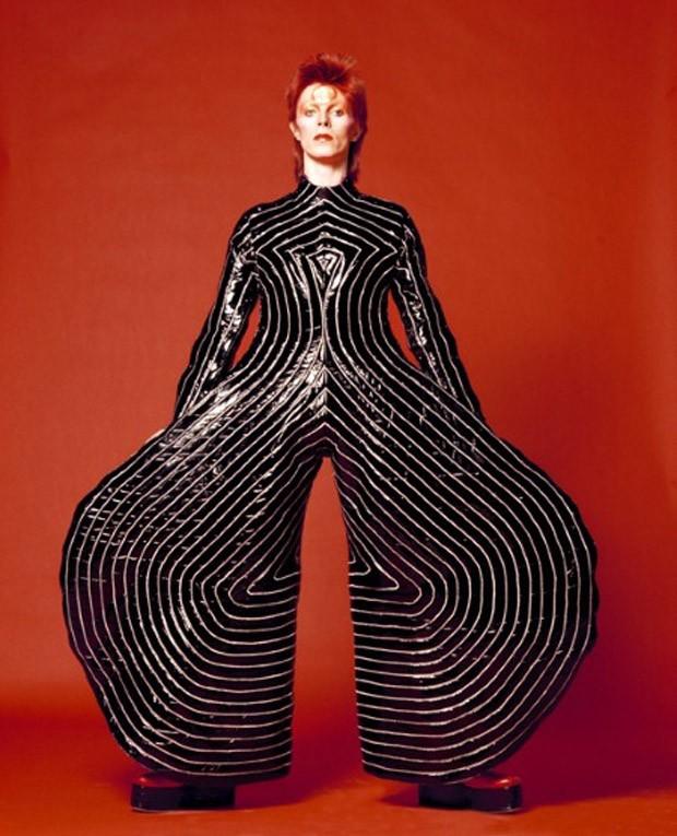 David Bowie com o macacão de Kansai Yamamoto (Foto: reprodução)